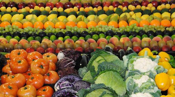 Francia prohíbe a las grandes superficies comerciales tirar comida